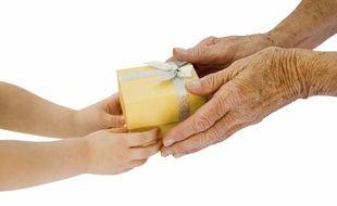 La donation-partage permet aux grands-parents de soutenir financièrement leurs petits-enfants, quand leurs propres enfants sont déjà installés dans la vie.