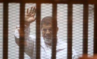 L'ancien président égyptien islamiste Mohamed Morsi lors d'un procès au Caire le 7 décembre 2014