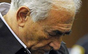 Le directeur du FMIDominique Strauss-Kahn au tribunal de juridiction criminelle de Manhattan, lorsqu'on lui signifie les charges d'accusation d'agression sexuelle et de tentative de viol, le 16 mai 2011 à New York.