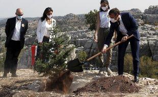 Emmanuel Macron plante un cèdre lors de sa visite au Liban le 1er septembre 2020.