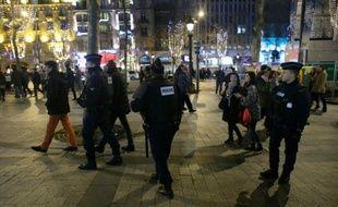 Policiers déployés le 31 décembre 2015 sur les Champs Elysées à Paris