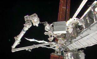 Opération de maintenance sur la station spatiale internationale (ISS) en décembre 2013.