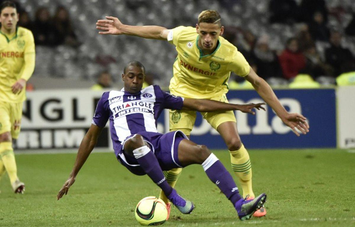 L'attaquant nantais Yacine Bammou (en jaune) à la lutte avec le milieu de terrain toulousain Somalia lors du match de Ligue 1 au Stadium de Toulouse, le 6 février 2016. – P. Pavani / AFP