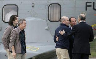 Edouard Elias, Didier François, Nicolas Hénin accueillis par François Hollande et Laurent Fabius à leur arrivée le 20 avril 2015 à Villacoublay après leur libération