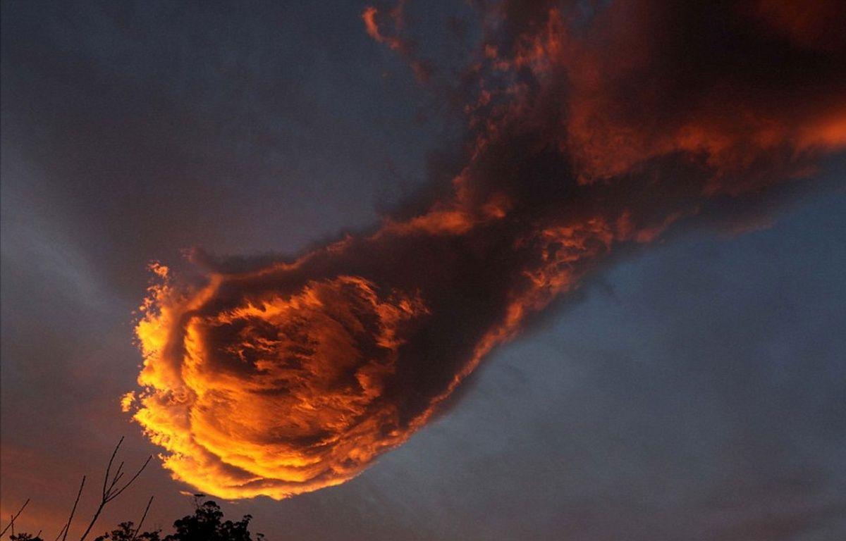 Les habitants de Madère au Portugal voient dans cette formation nuageuse la main de Dieu tenant une boule de feu. – Daily Mail