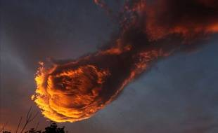 Les habitants de Madère au Portugal voient dans cette formation nuageuse la main de Dieu tenant une boule de feu.