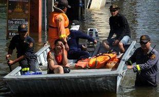 De nombreux habitants de Bangkok fuyaient jeudi la mégalopole, en car, en train ou en avion, au premier jour d'un week-end exceptionnel de cinq jours décrété à la hâte par le gouvernement pour faire face à des inondations historiques
