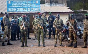 Des militaires devant la prison de Conakry.
