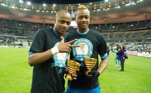 André Ayew (à gauche) et son frère Jordan (à droite) après la victoire de l'Olympique de Marseille en finale de la Coupe de la Ligue face à l'Olympique Lyonnais (1-0 a.p)