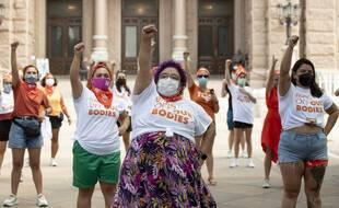 Des femmes manifestent pour défendre le droit à l'avortement et dénoncer une loi restrictive au Texas, le 1er septembre à Austin.