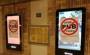 Une cation de l'associuation «Résistance à l'agression publicitaire», dans le métro de Lille.