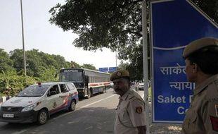 Un bus transporte les quatre accusés du viol et meurtre d'une étudiante vers la Cours de new Dehli en Inde mardi 10 septembre.