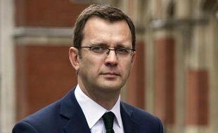 """Andy Coulson, ex-conseiller de presse du Premier ministre britannique David Cameron, a été officiellement inculpé mardi pour """"écoutes illicites"""", avec sept autres anciens journalistes du groupe News International de Rupert Murdoch, dont Rebekah Brooks, ex-reine des tabloïdes."""