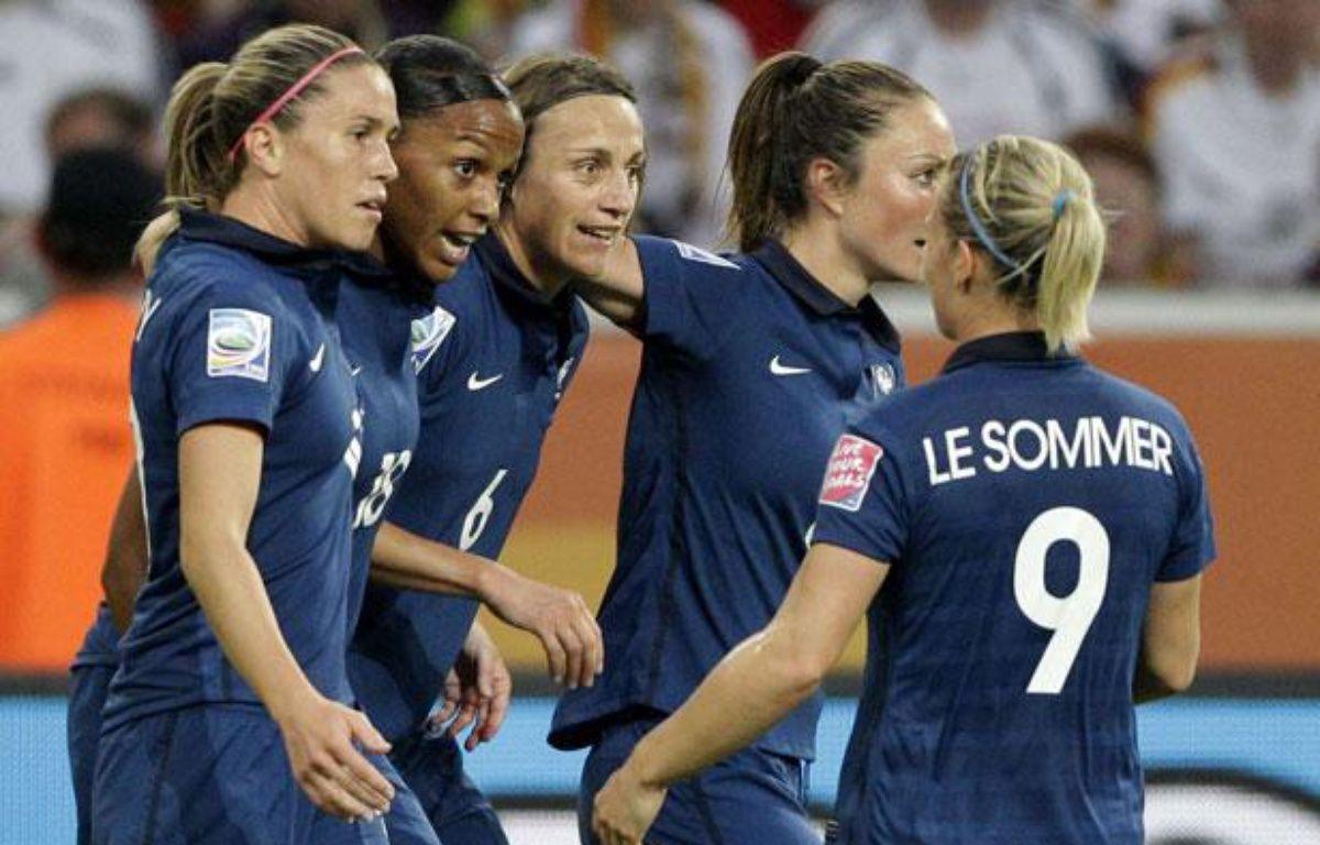 Les Bleues célèbrent un but de Marie-Laure Délie (n°18) lors du dernier Mondial, le 5 juillet 2011 à Mönchengladbach (Allemagne). – F.Augstein / SIPA
