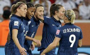 Les Bleues célèbrent un but de Marie-Laure Délie (n°18) lors du dernier Mondial, le 5 juillet 2011 à Mönchengladbach (Allemagne).