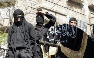 Des combats d'une violence inouïe opposant l'armée à des rebelles et des jihadistes qui cherchent à s'emparer d'une très vaste armurerie en Syrie ont fait plus de cent morts en moins d'une semaine, a indiqué samedi une ONG syrienne.