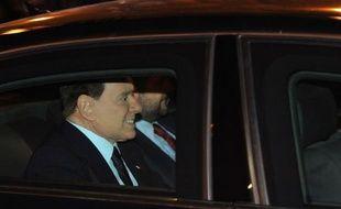 Silvio Berlusconi, qui a quitté le pouvoir sous les huées, ne désarme pas: au moment même où son successeur était désigné, il a prévenu dimanche soir qu'il continuerait le combat politique, tout en apportant à Mario Monti un soutien du bout des lèvres.