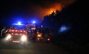 Intervention des pompiers au village de Palasca, en Corse, alors que des incendies ravagent la région. 23 octobre 2017