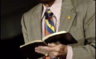 Pendant deux heures, la bible en main, l'homme, perruque couleur châtain et lunettes fumées rouges, va raconter les sept fondamentaux de sa foi, devant un auditoire attentif (nombreux sont ceux qui prennent des notes), se levant à chaque harangue du prédicateur.