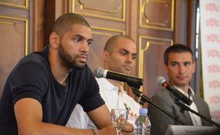 Nicolas Batum, ce lundi à l'Hôtel de Ville de Lyon aux côtés de Tony Parker et de l'adjoint aux Sports de la Ville Yann Cucherat.