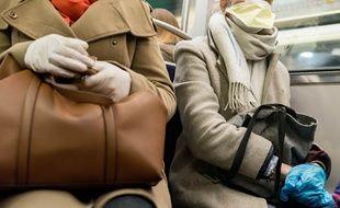 Des passagers dans le métro, le 16 mars.