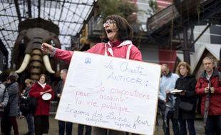 Françoise Verchère, membre d'Anticor, manifeste contre la corruption à Nantes, le 5 mars 2017, en pleine campagne présidentielle.