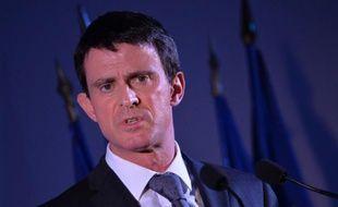 Le Premier ministre français Manuel Valls s'exprime lors d'une réunion publique le 15 février 2016 à Corbeil-Essonnes, près de Paris
