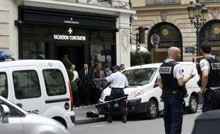 Des policiers devant une boutique de la rue de la Paix à Paris après un braquage le 4 octobre 2013