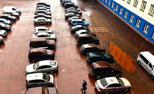 Selon le directeur de l'usine, la pluie aurait rabattu sur le parking de la poussière de rouille.