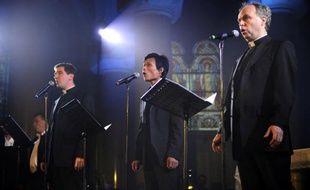 Le groupe «Les Prêtres», composé de Charles Troesch (G), Jean-Michel Bardet (D) et de Joseph Dinh Nguyen Nguyen (C), en concert, le 7 mai 2010 à Marseille.
