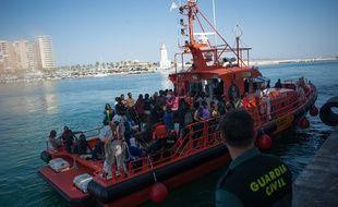 Des migrants secourus en Méditerranée accostent dans le port de Malaga en Espagne, le 22 juin 2018.