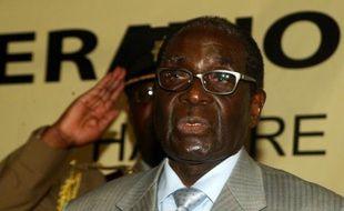 Un passager d'un taxi collectif au Zimbabwe est mort dans une collision frontale avec l'escorte du président Robert Mugabe, un accident qui a fait également 15 blessés et qui est le troisième impliquant l'escorte présidentielle en deux semaines, a indiqué mardi la police.