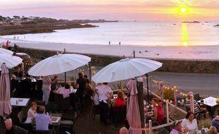 La plage de Côbo, au nord de l'île de Guernesey, est prisée des habitants qui viennent profiter du coucher de soleil en terrasse.