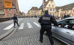 Archives. La police dans les rues de Strasbourg pendant le marché de Noël 2015. Contrôles pour les véhicules.