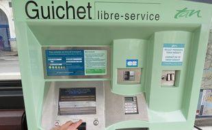 Nantes, le 29 mars 2016, un distributeur automatique de tickets TAN.