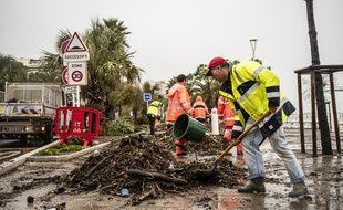 Des agents nettoient les dégâts provoqués par de violentes inondations dans le Var et les Alpes-Maritimes, fin novembre 2019.