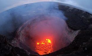 Cette photographie a été prise le 6 mai 2018  au sommet du volcan Kilauea par l'Observatoire hawaïen des volcans. Elle montre que la surface du lac de lave a fortement baissé depuis début mai.