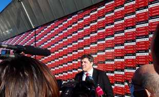 Le président du Stade Toulousain Didier Lacroix devant le Mur de soutien financé par les supporteurs du club.