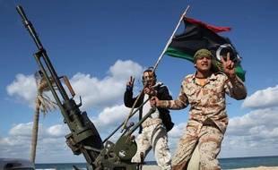Des miliciens libyens le 14 février 2012 à Tripoli, en Libye.