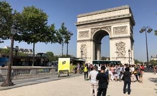 Chapeaux et lunettes de soleil obligatoires pour s'afficher devant l'Arc de Triomphe ce jeudi 25 juillet