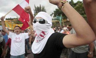 Au Honduras, les partisans du président déchu Manuel Zelaya manifestent à Tegucigalpa le 3 juillet 2009.