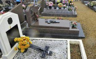 Crucifix renversé sur une tombe le 4 août 2015 dans le cimetière de Labry dans l'est de la France