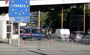 Poste de frontière entre la France et l'Italie. (Illustration)