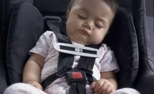 Illustration d'un bébé en voiture