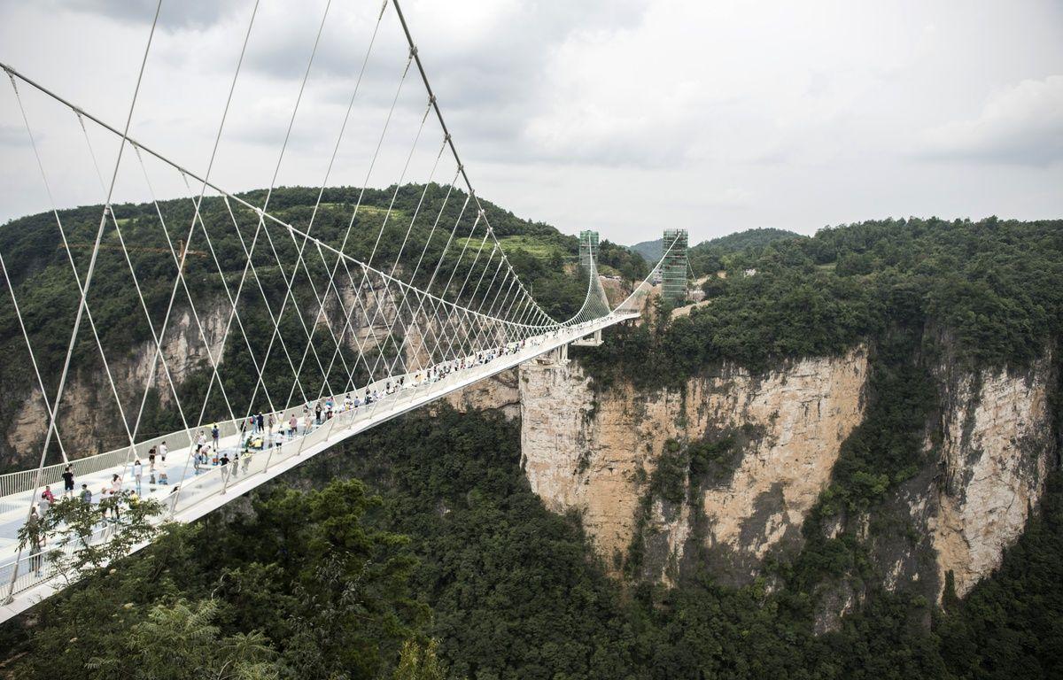 Le pont en verre le plus long du monde a ouvert au public en Chine, dans la vallée de Zhangjiajie, le 20 août 2016. – FRED DUFOUR / AFP