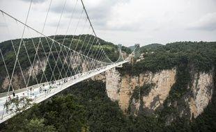 Le pont en verre le plus long du monde a ouvert au public en Chine, dans la vallée de Zhangjiajie, le 20 août 2016.