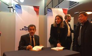 Primaire A Droite Photos Et Mots Doux Pour Nicolas Sarkozy En Seance De Dedicace