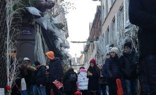 Des bougies en hommage aux victimes de l'attentat de Strasbourg (Bas-Rhin) dans la rue des Orfèvres ce week-end.