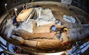 Une équipe d'archéologues italiens a mis au jour mardi un squelette en bon état de conservation dans un couvent abandonné de Florence où des recherches sont en cours pour éclaircir le mystère de la femme qui aurait servi de modèle à La Joconde de Léonard de Vinci.