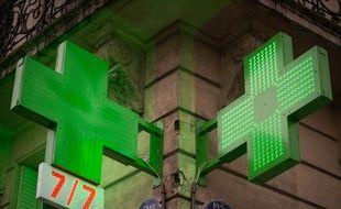Le 10 décembre 2018, à Paris (12e). Des croies vertes signalant une pharmacie.